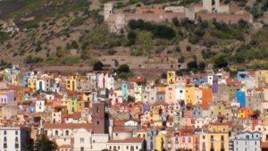 uitzicht Bosa gekleurde huizen