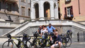 Groepje op plein - fietsreis E-bike