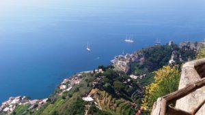 Amalfikust uitzicht vanaf tuinen Villa Cimbrone